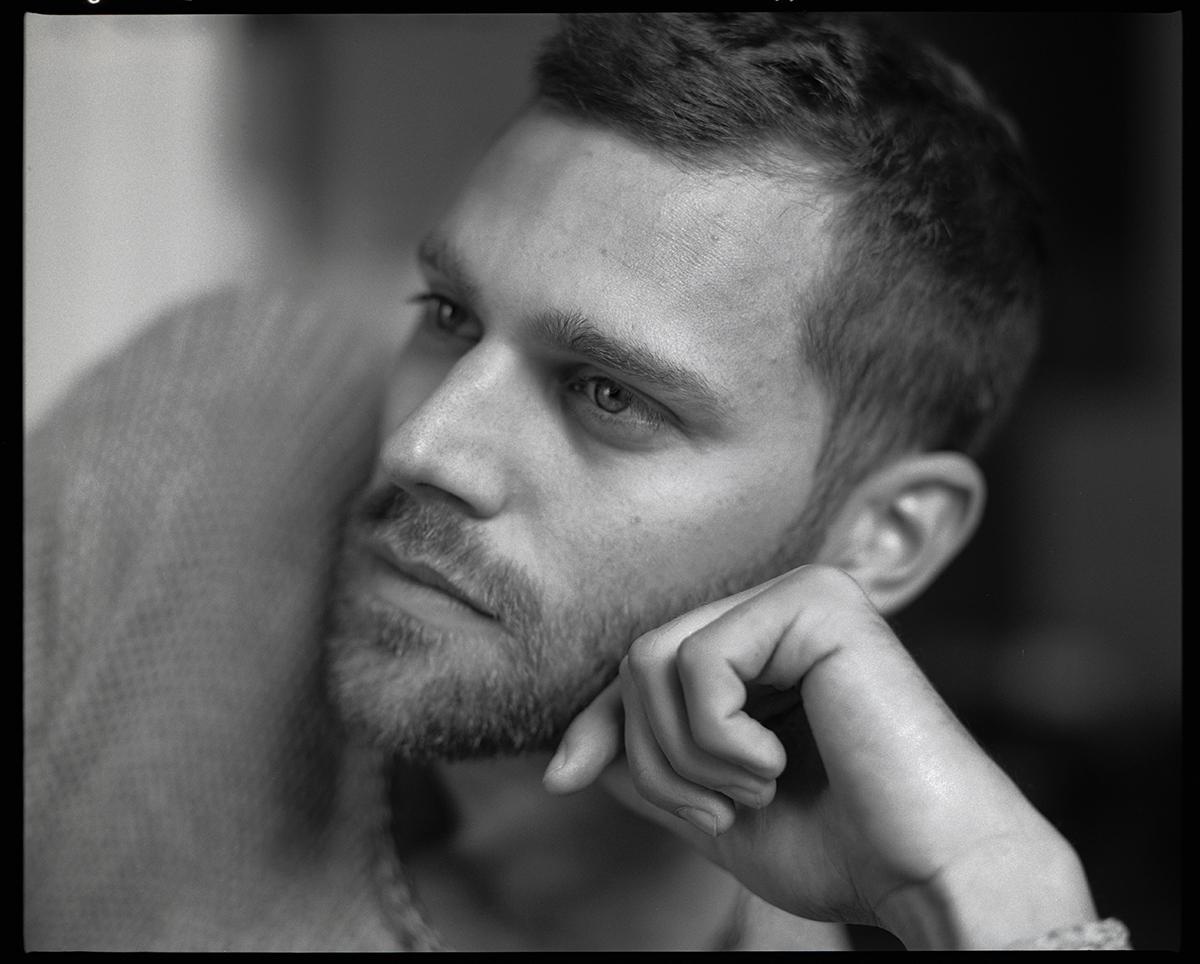 """.Fab aliasFabian Buch, Musiker 2017 in der Wohnung von Freunden in Berlin Wilmersdorf. Vertieft in seine Arbeit am neuen Album """"schnelles Glück"""" welches gerade erschienen ist."""