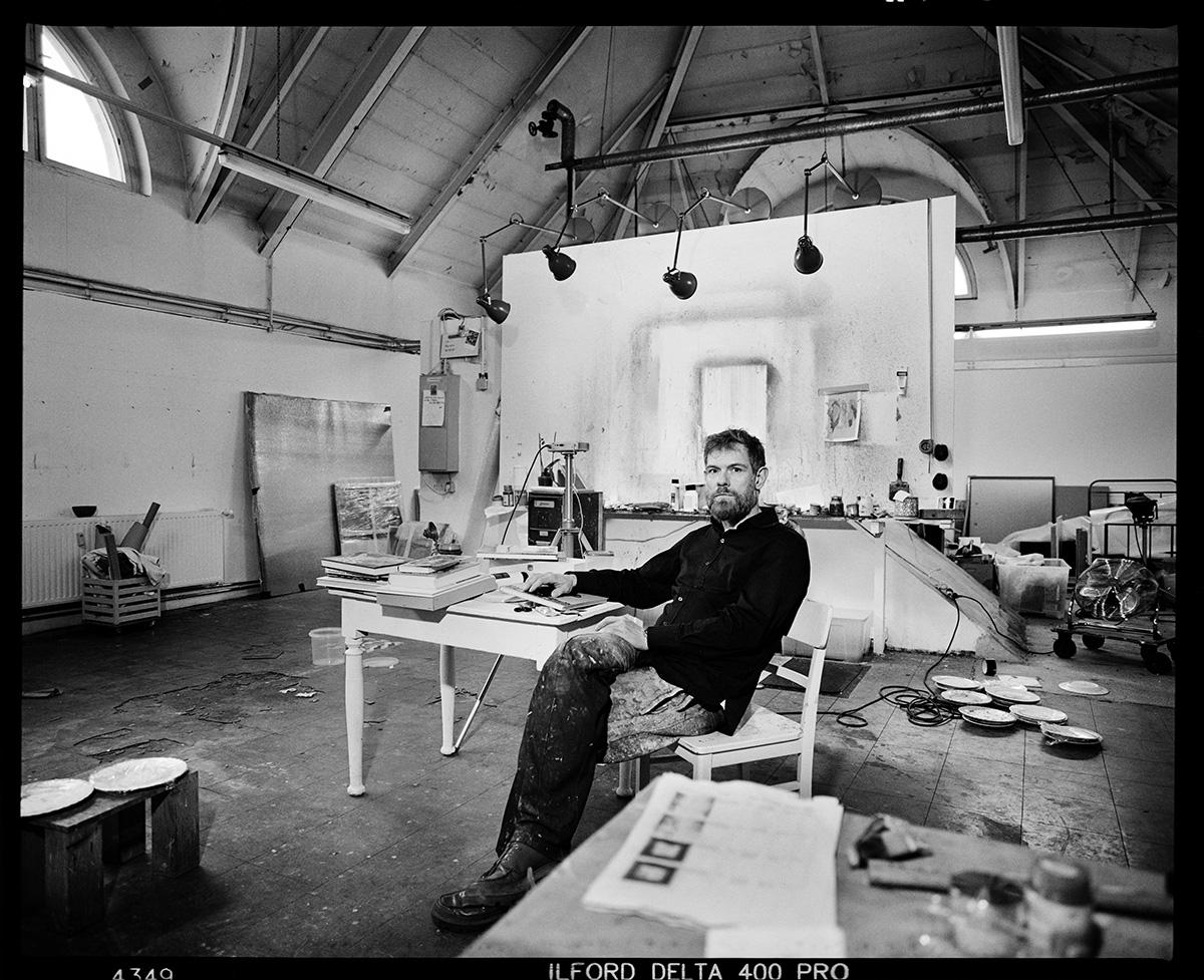 """Der Maler Lars Theuerkauf in seinem Atelier in Berlin Moabit. Er stand zuerst ganz hinten im Bild. Er wirkte sehr klein, so, als gehöre er nicht dazu. """"to paint is to love again"""""""